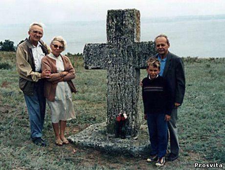 Біля хреста Кості Гордієнка. Кам'янська Січ