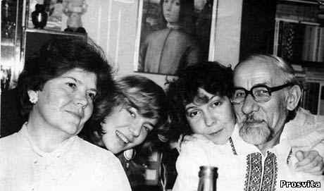 Є.Дацюк з дружиною та доньками. 1988